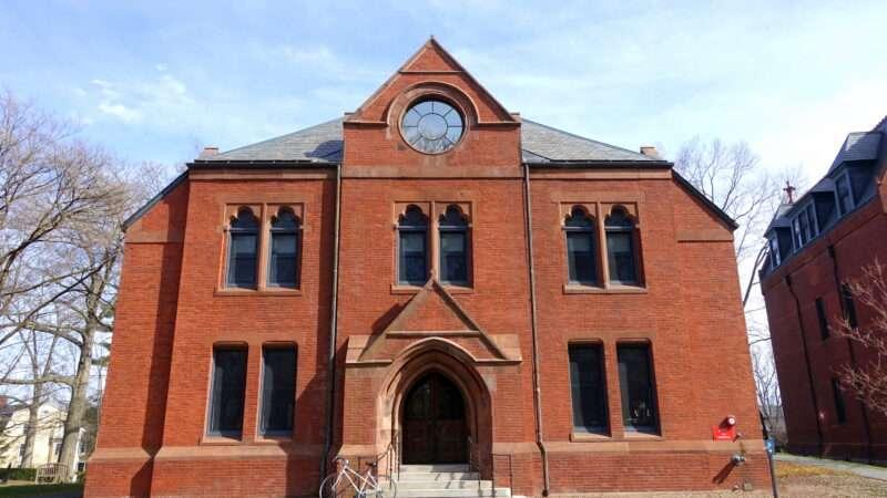 Pierce_Hall_-_Smith_College_-_Northampton,_MA_-_DSC02114