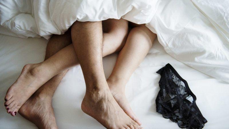 couplesleeping_1161x653