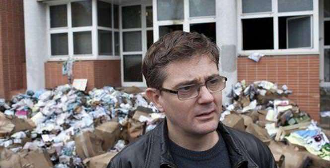 That stuff behind Charb is wreckage from a prior assassination attempt. But yeah, he's not as brave as Garry Trudeau. |||
