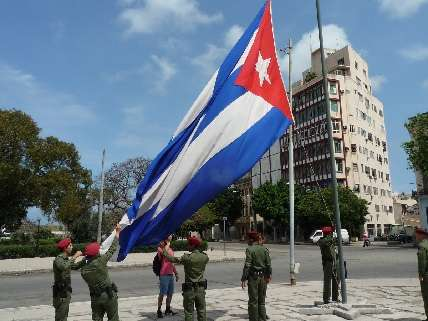 Soldiers raising Cuban flag