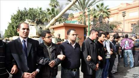Civilians form a human wall to protect the Egyptian Museum.