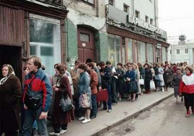 Line to buy shoes, Soviet Union, 1983